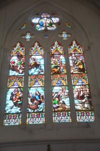 Notre-Dame, Dives- sur-Mer: raam met afbeelding van de vondst van het Christusbeeld.