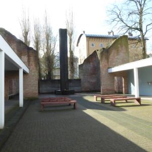 Cour du Hollandsche Schouwburg avec la stèle